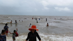 Despite wind and rain Cambodians who come to the beach, come to the beach.
